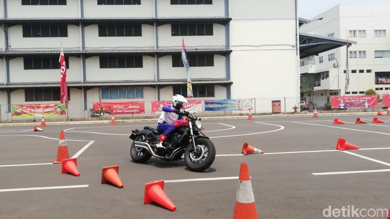Pelatihan safety riding oleh instruktur Wahana Foto: Rizki Pratama