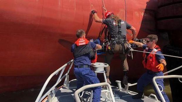 Penyelamatan awal kapal oleh penjaga pantai AS