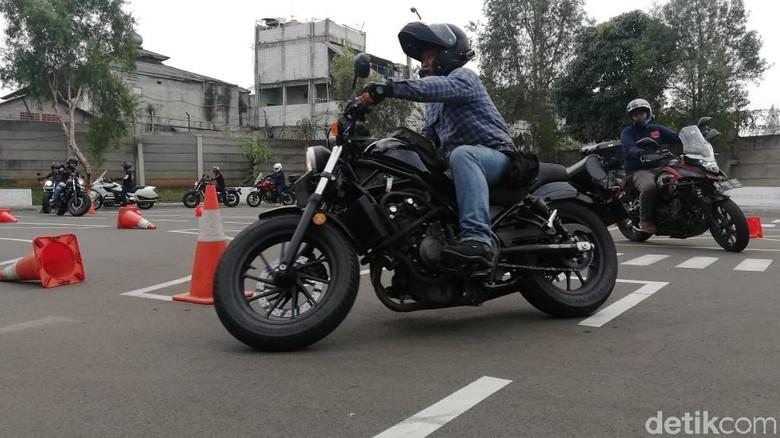 Safety riding di Wahana Safety Riding Centre Jatake. Foto: Rizki Pratama