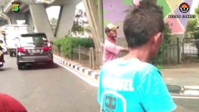 Polisi tangkap 2 pak ogah di Jakbar yang video pemalakannya viral (Instagram Polres Jakbar)