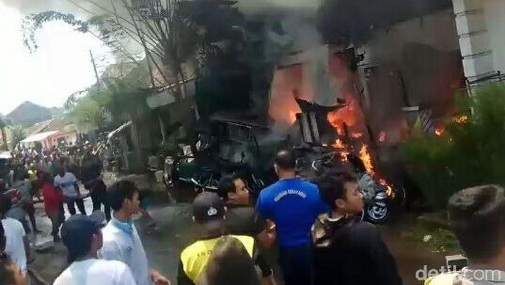 2 Rumah Terbakar Hebat, Puluhan Motor Jadi Rongsokan