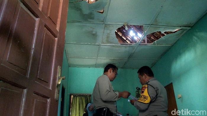 Rumah warga yang terdampak ledakan gudang amunisi Brimob Semarang. -- Foto: Antara Foto