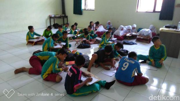 Dear Walkot Pepen, Siswa SD di Bekasi Ini Lesehan Belajar Sejak 2017