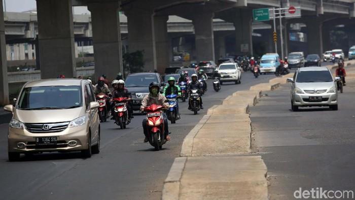 Trotoar di Kalimalang, Jakarta Timur, yang berada di tengah jalan. (Foto: Agung Pambudhy)