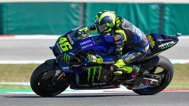 Valentino Rossi melakukan wheelie usai ribut dengan Marquez.