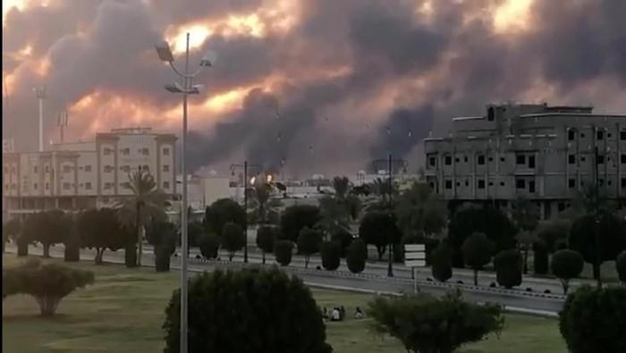 Kepulan asap terlihat dari fasilitas minyak Arab Saudi (Foto: VIDEOS OBTAINED BY REUTERS/via REUTERS)