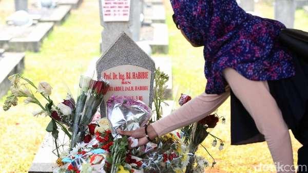 Ilham Habibie Tak Persoalkan Peziarah Selfie di Makam Ayahnya