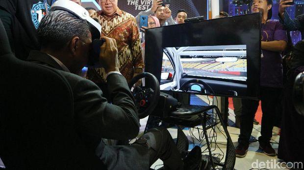 Nurdin Abdullah mencoba simulasi balapan