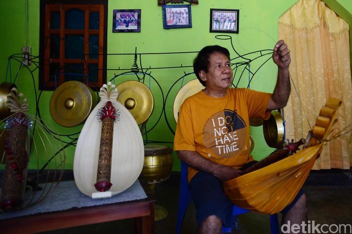 Budayawan NTT, Herman Adolf Ledoh menunjukan karya Sasando kepada tim Tapal Batas detikcom, di kediamannya di Desa Busalangga, Rote Barat Laut, (22/8/2019). Selain membuat Sasando, Herman Ledoh juga membuat kenong dan gong. Ia piawai memainkan alat musik khas NTT itu.