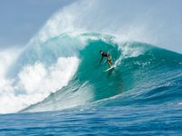 Turis main surfing di Pantai Nemberala (Istimwa)