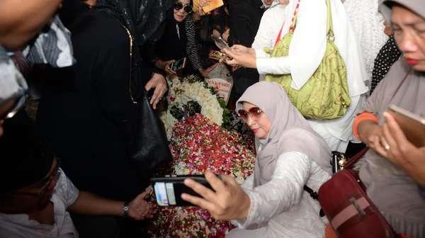 Putra Tak Permasalahkan Warga Ramai Selfie di Makam BJ Habibie