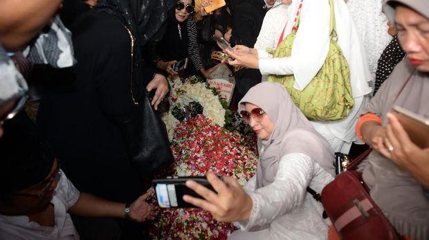 Warga selfie di makam BJ Habibie.