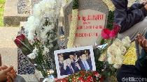 Sentilan Anggun C. Sasmi Soal Ramai Selfie di Makam BJ Habibie