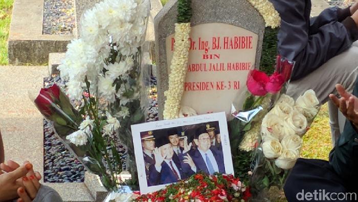 Foto: Bingkai foto dan surat dari anak mantan ajudan Habibie (Jefrie/detikcom)