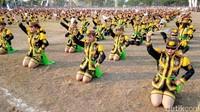 Tarian Dolalak massal ini digelar dalam rangka menyongsong tahun kunjungan wisata Purworejo 2020. Warga Purworejo yang terdiri dari siswa siswi SD, SMP, SMA sederajat, mahasiswa dan masyarakat umum secara massal menari Dolalak di alun-alun kota Purworejo, Sabtu (14/9/2019) (Rinto/detikcom)