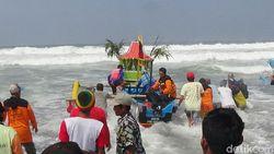 Nelayan Purworejo Larung Kambing Kendit Saat Sedekah Laut