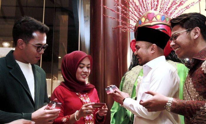 Ketua Himpunan Pengusaha Muda Indonesia Jakarta Raya (HIPMI JAYA) Afifudin Suhaeli Kalla (kedua kanan), Ketua Bidang ekonomi dan Perbankan HIPMI Jakarta Timur Harizah P. Mangkunegara (kedua kiri), Perwakilan HIPMI dari kalangan mahasiwa Indiana Argani (kiri), dan Najmi Mumtaza Rabbany (kanan) memegang Kartu BNI TapCash edisi Munas HIPMI pada pre-event Munas XVI HIPMI di Jakarta, Minggu (15/9/2019).
