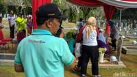 Satpam Kini Siaga, Imbau Peziarah Tak Selfie di Makam BJ Habibie