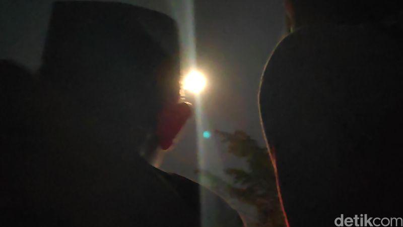 Ratusan orang pada Sabtu malam, (14/9/2019) tumpah ruah di Lapangan Batu Bassi, Maros, Sulawesi Selatan. Mereka menikmati bulan purnama langka, yakni harvest moon dengan menonton pentas seni budaya (Moehammad Bakrie/detikcom)
