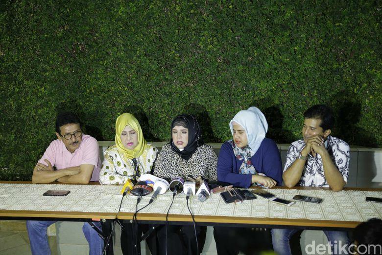Keluarga menggelar jumpa pers yang dihadiri awak media di kawasan Jalan Siaga 3, Pejaten, Jakarta Selatan, pada Sabtu (14/9) malam. Foto: Ismail/ detikHOT