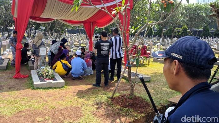 Petugas keamanan berjaga di dekat makam BJ Habibie di TMP Kalibata. (Foto: Jefrie Nandy/detikcom)
