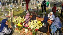 Para Artis Soroti Makam BJ Habibie yang Jadi Objek Selfie