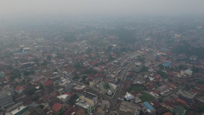 Suasana Kota Jambi yang diselimuti kabut asap di Jambi, Jumat (13/9) (ANTARA FOTO/Wahdi Septiawan)