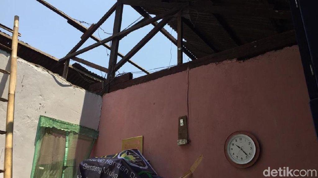 Polisi Perbaiki Rumah Rusak Akibat Ledakan di Brimob Srondol