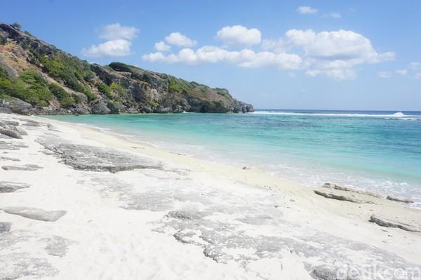 Tak jauh dari Pantai Nemberala, terdapat Pantai Lifulada. Hamparan pasir putihnya sungguh menggoda! (Afif Farhan/detikcom)
