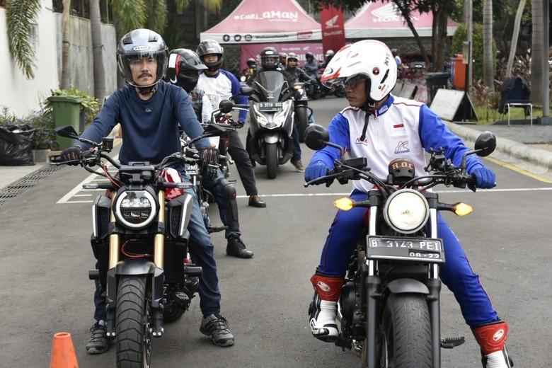 Posisi tangan saat naik motor, jari tak perlu menempel ke tuas rem. Foto: Dok. Wahana Makmur Sejati