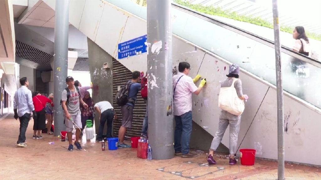 Warga Hong Kong Sukarela Bersihkan Grafiti Pendemo