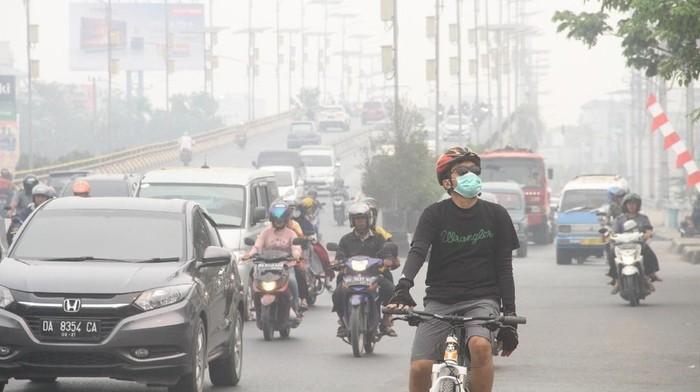 Tebalnya kabut asap membuat olahraga di luar ruangan jadi tidak ideal. (Foto: ANTARA FOTO/Bayu Pratama S)