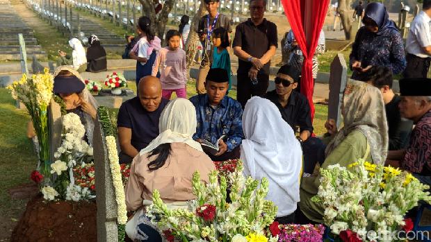 Ziarah ke Kalibata, Adrie Subono Kenang Tak Pernah Dimarahi Habibie