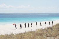 Tim Satgas Pengamanan Pulau Terdepan sedang berpatroili di pantai Pulau Ndana (Afif Farhan/detikcom)