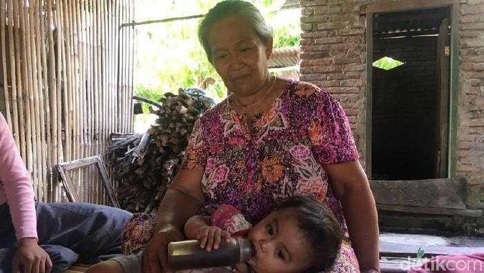 Foto: Bayi di Polman diberi kopi karena Ortu tak mampu beli susu (Abdy-detik)