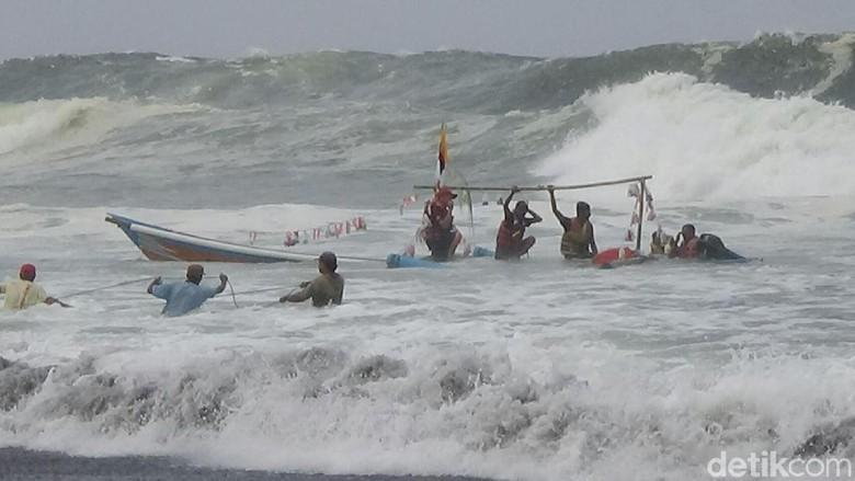 Perahu Terbalik Saat Sedekah Laut, Keluarga Nelayan Histeris