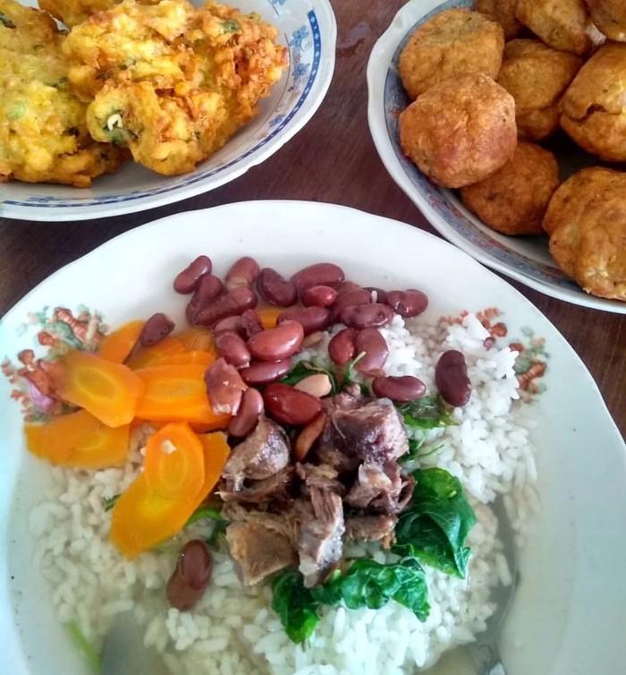 Sup senerek merupakan paduan kuliner Jawa dan Belanda. Isiannya kacang merah, bayam, wortel dan daging sapi berikut kaldu gurihnya. Ini sup senerek Pak Parto yang legendaris di Magelang. Foto : Instagram @ekayunita_kreasiku