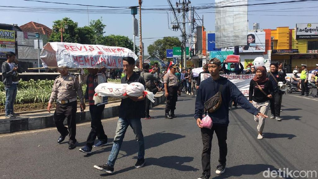 Bawa Keranda dan Pocong, Massa di Jember Demo Tolak Revisi UU KPK