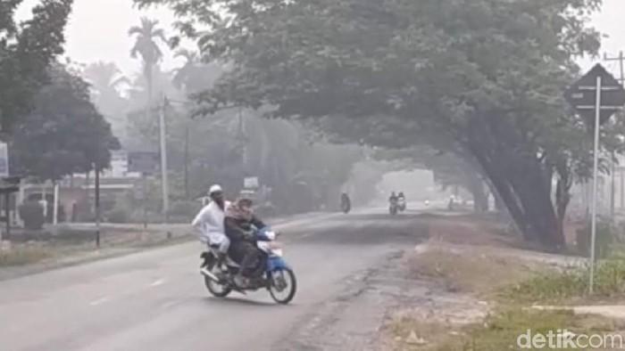 Saran dokter saat kabut asap mengganggu kesehatan mata. Foto: Kabut asap di Dharmasraya (Jeka-detikcom)