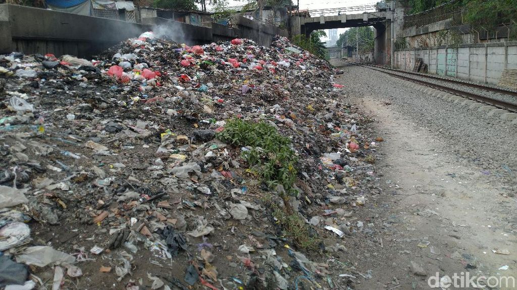 Sampah di Samping Rel Citeureup Masih Menggunung