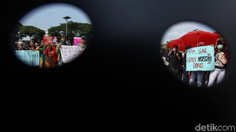 Potret Aksi Massa Menolak RKUHP di Depan DPR