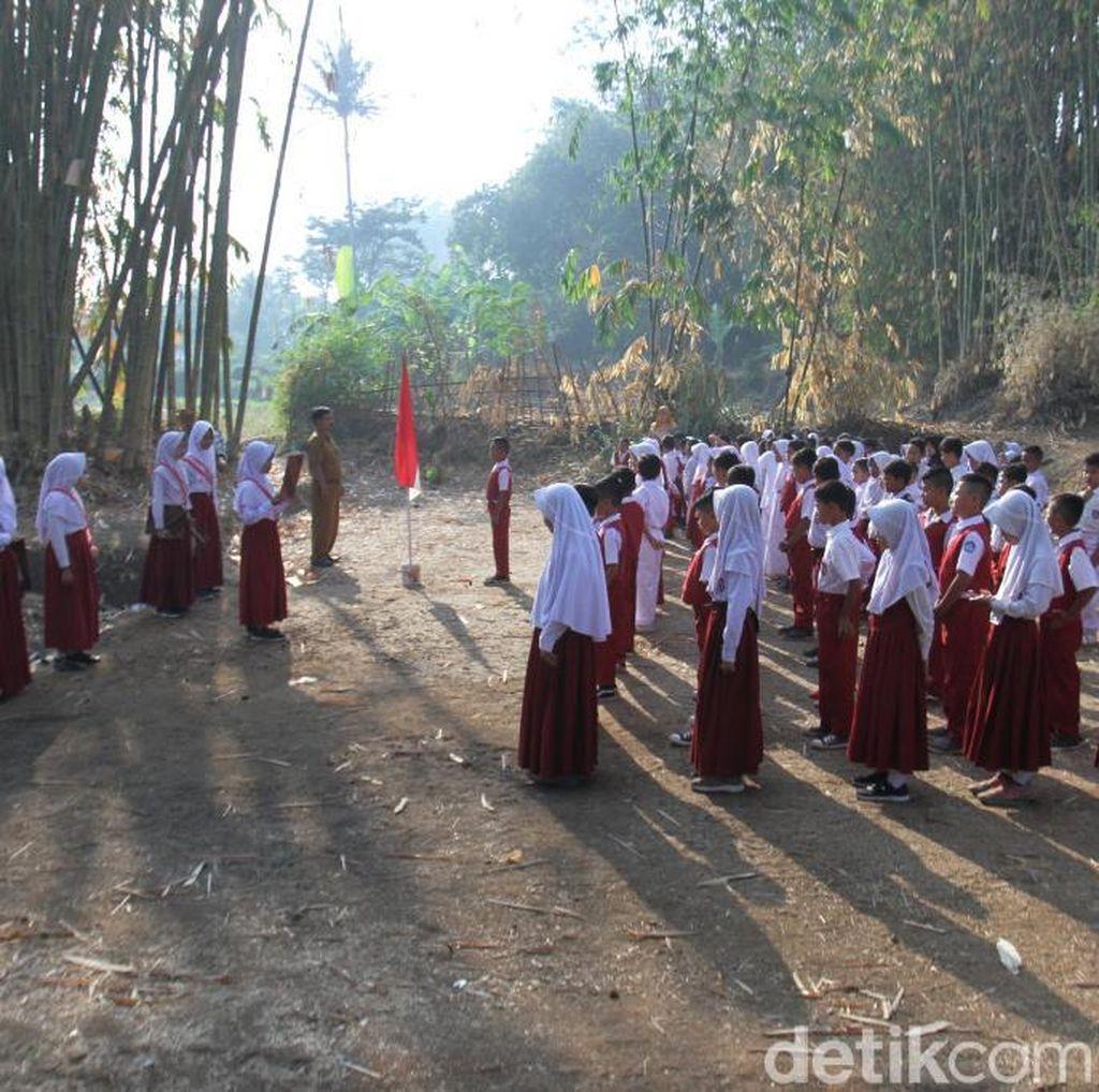 Sekolah Tak Punya Lapangan, Siswa Upacara Bendera di Kebun Bambu