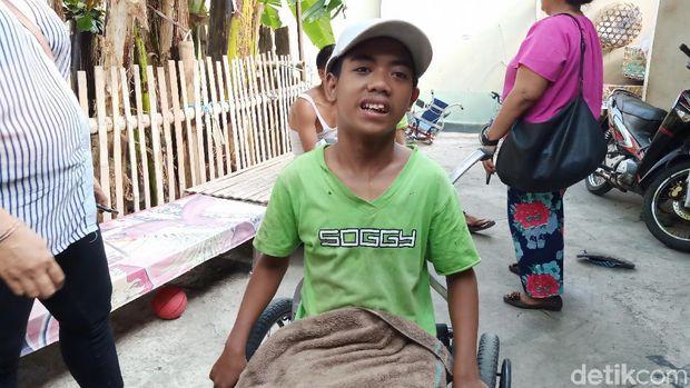 Keluarga anak berkebutuhan khusus di pusat kota Bali.