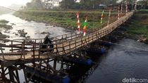 Menyusuri Jembatan Apung di Kabupaten Bandung