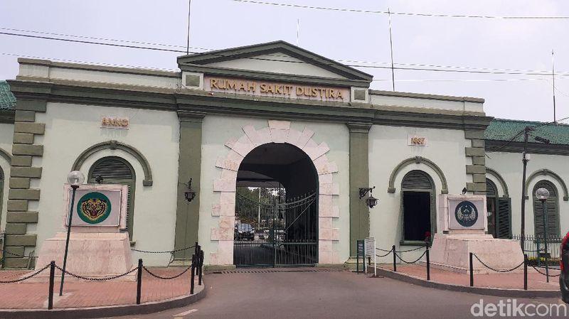 Inilah Rumah Sakit (RS) Dustira di Cimahi. Lokasi tepatnya ada di Jalan Dustira. Bangunan ini merupakan salah satu rumah sakit tertua di Indonesia (Yudha/detikcom)