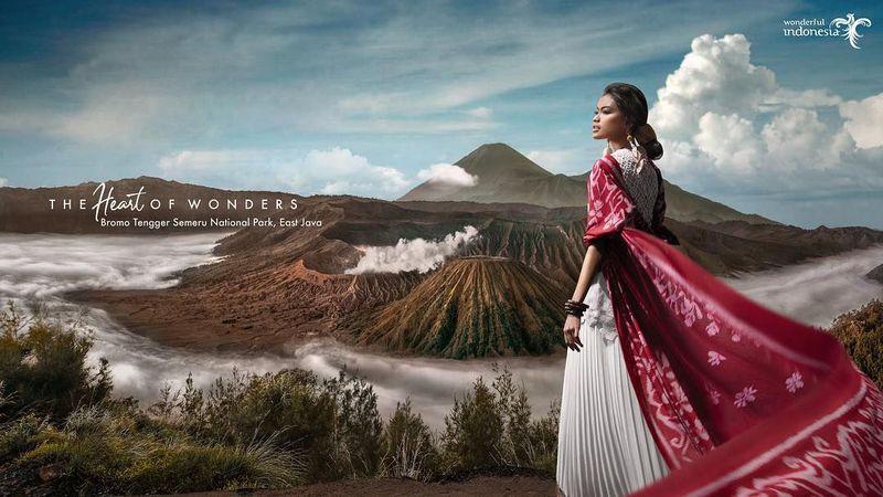 Paras model Indonesia Laras Sekar kembali menghiasi iklan KKW Beauty, produk kosmetik besutan Kim Kardashian (@larasekar/Instagram)