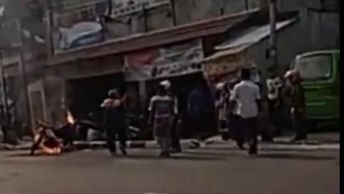 Motor yang dibakar pemuda di Cianjur. (Foto: tangkapan layar video viral)