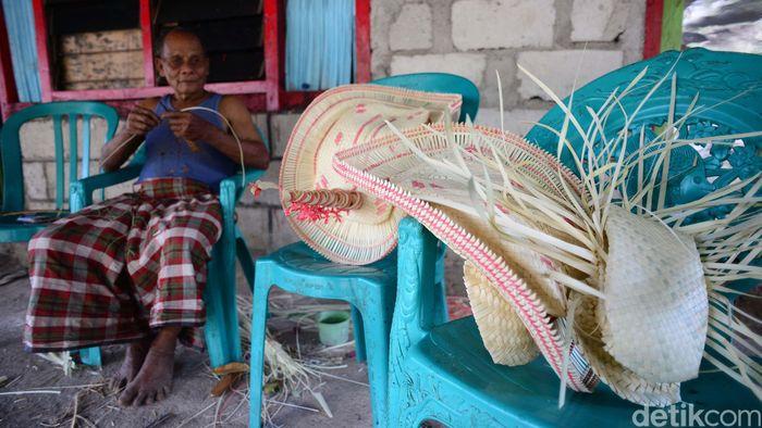 Tii langga adalah sejenis topi bertepi lebar yang terdapat di Kepulauan Rote, Indonesia bagian timur.
