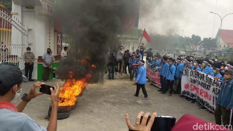 Dikepung Asap, Mahasiswa Demo Gubernur Riau Sambil Bakar Ban