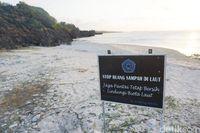 Adanya plang peringatan seperti ini membuktikan masyarakat Rote sudah peduli akan kebersihan di tempat wisata (Afif Farhan/detikcom)